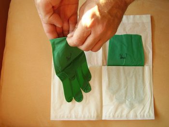 640px-Surgical_gloves_13