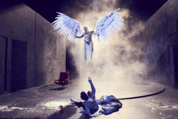 Bilde av en engel og en mann liggende på gulvet. Fra forestilliingen