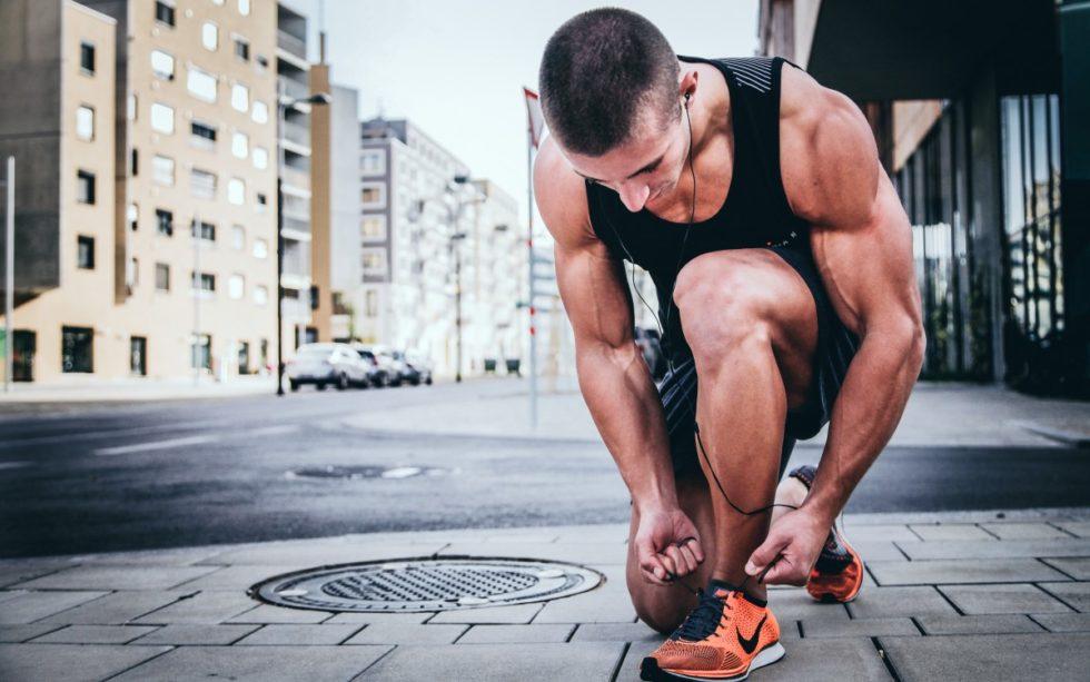Mannlig løper knyter skolissa