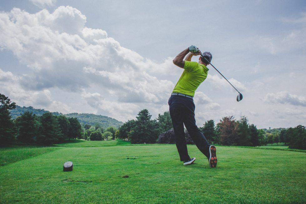 Bilde av en mann som spiller golf