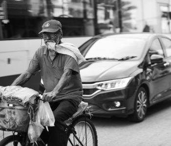 Foto av syklist og bilist