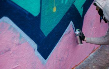 Graffitimaler med en rosa og blå