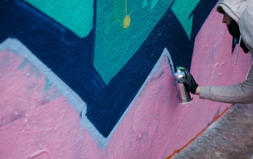 """Graffitimaler med en rosa og blå """"piece"""""""