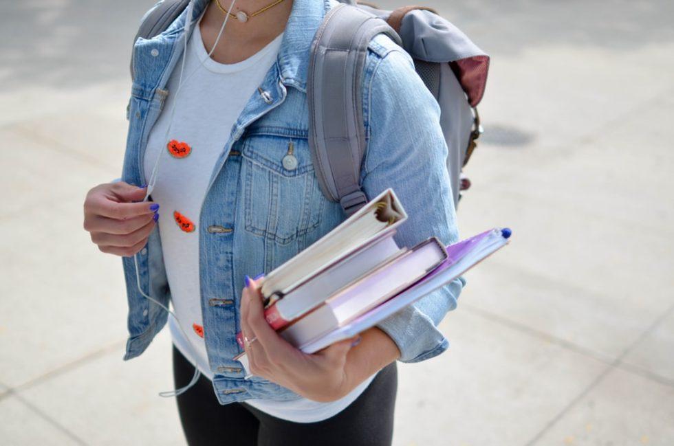 Elev holder bøker