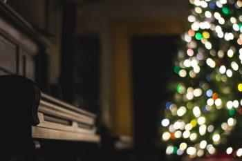 Piano foran et juletre
